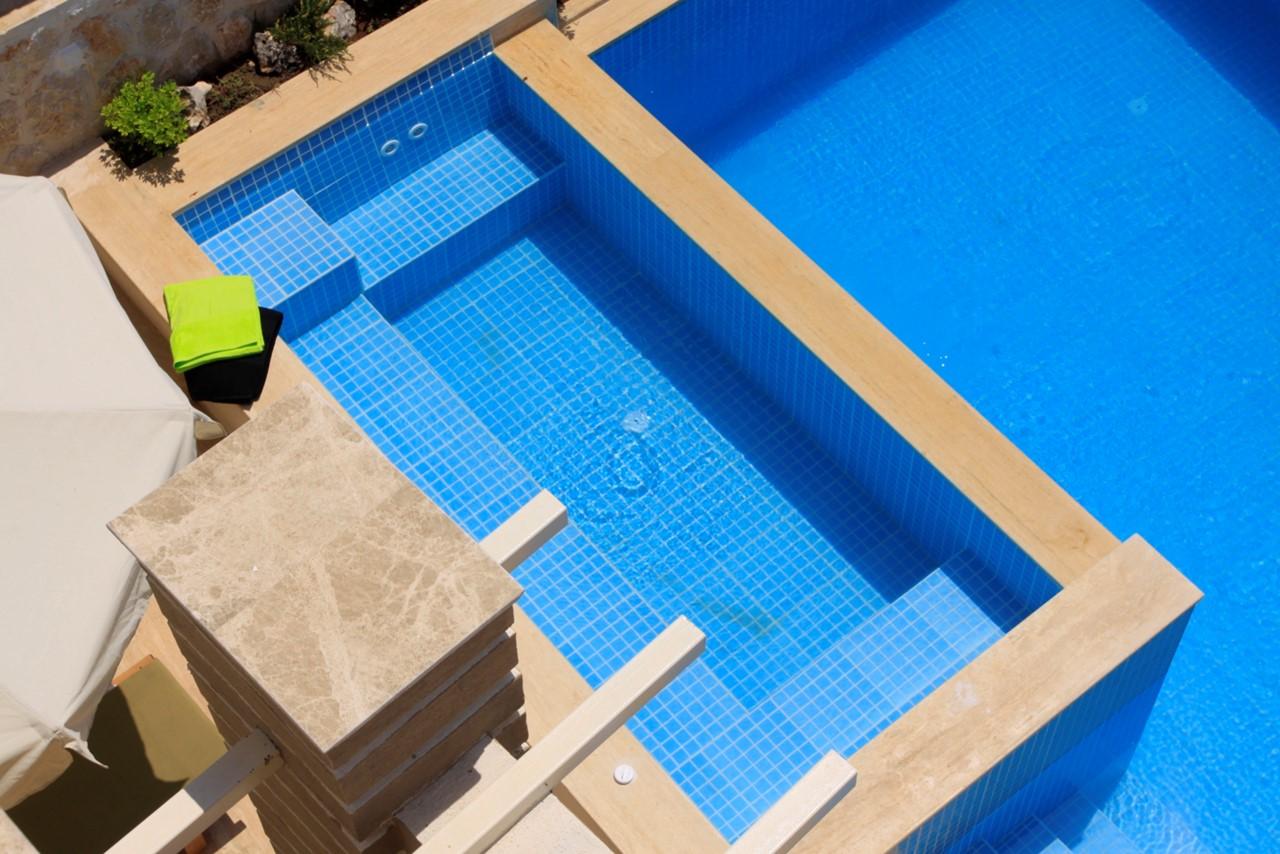 Balcony overlooking the pool and jacuzzi