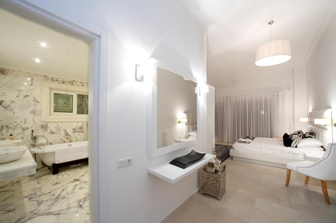 Large bedroom with en-suite marble bathroom