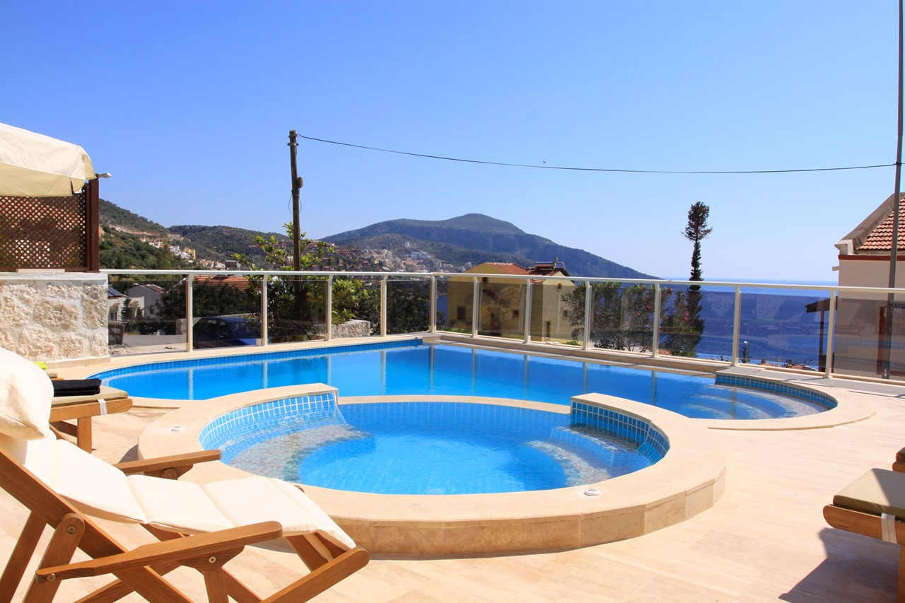 Private swimming pool and separate jacuzzi