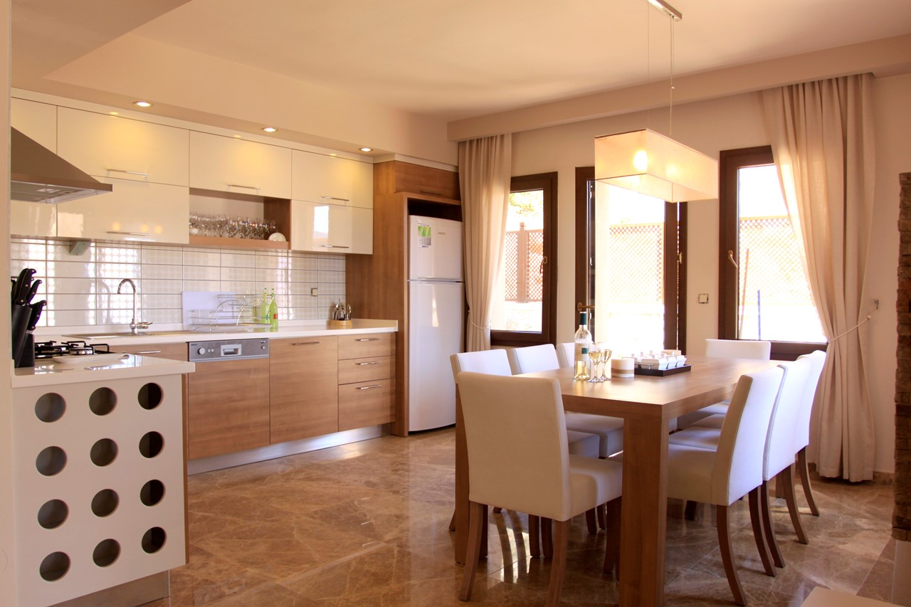 Contemporary Kitchen/dining area