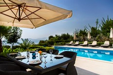Private infinity pool and terrace for Alfresco dining