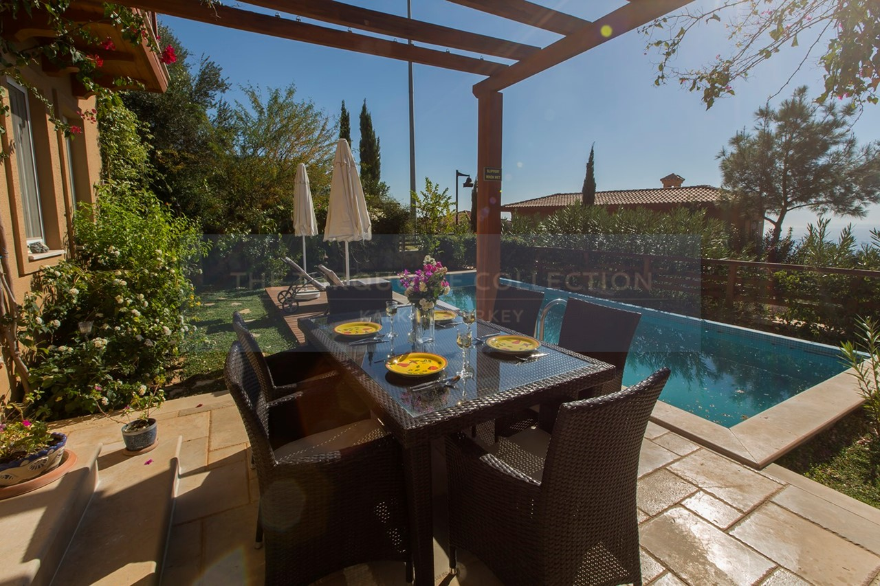 Alfresco dining by the pool