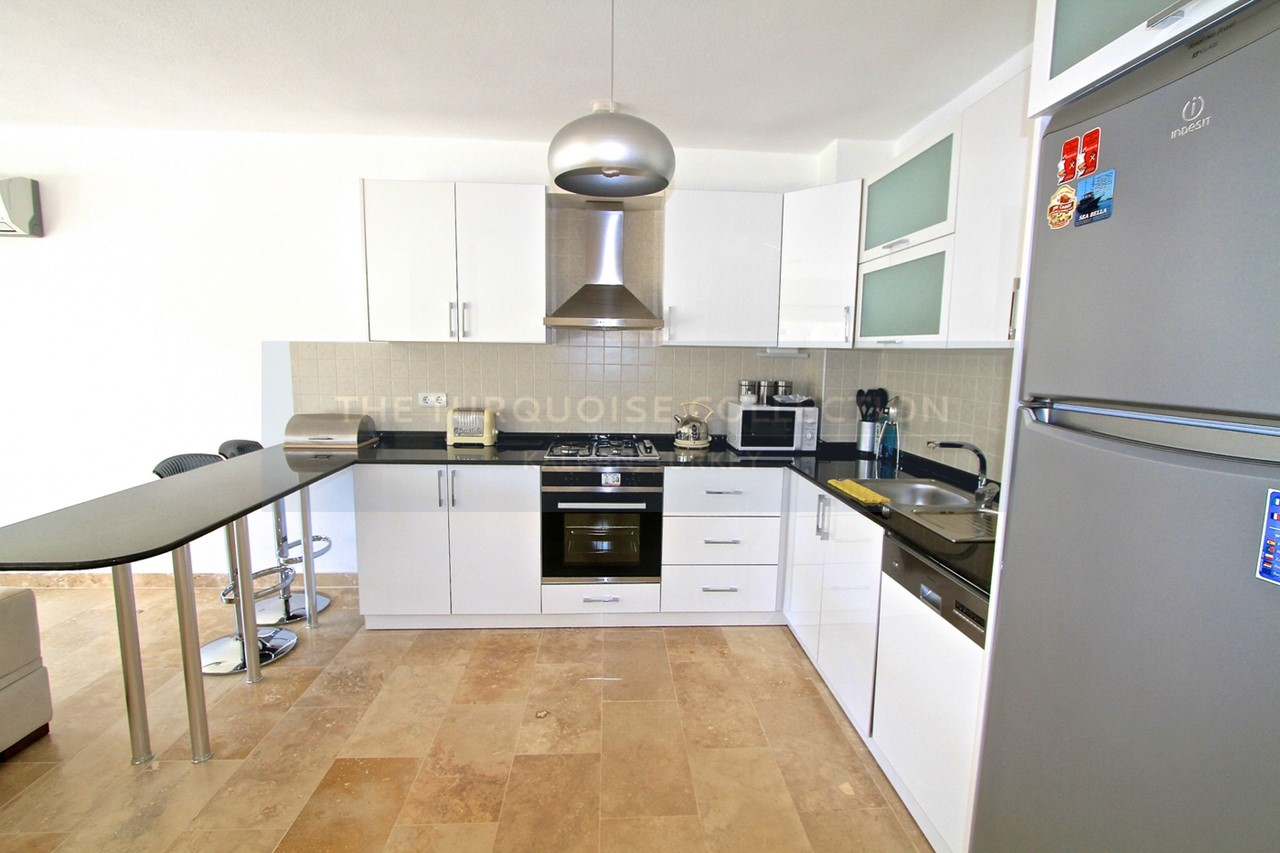 Contemporary fully fitted kitchen