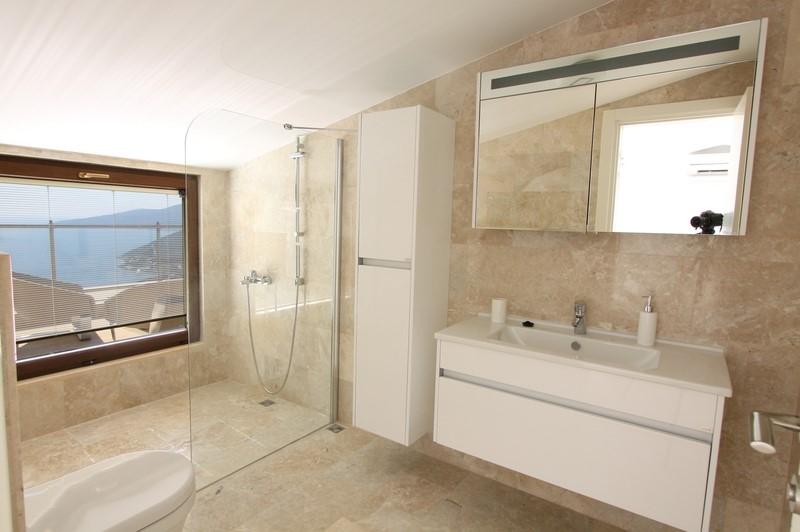 Fully Tiled En Suite Bathroom