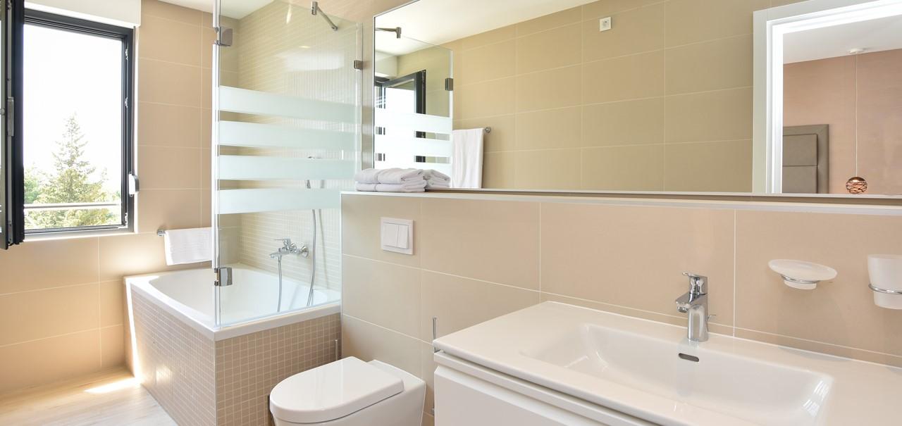 Bath Ensuite 2