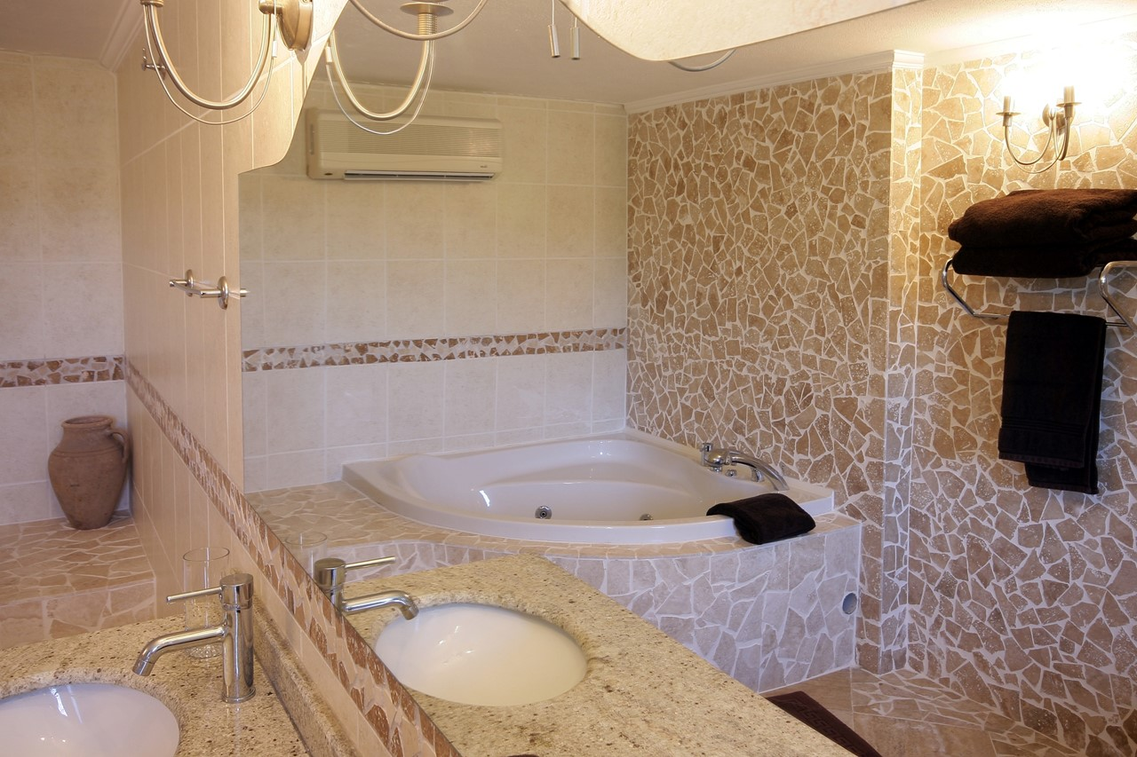 En-suite jacuzzi bathroom