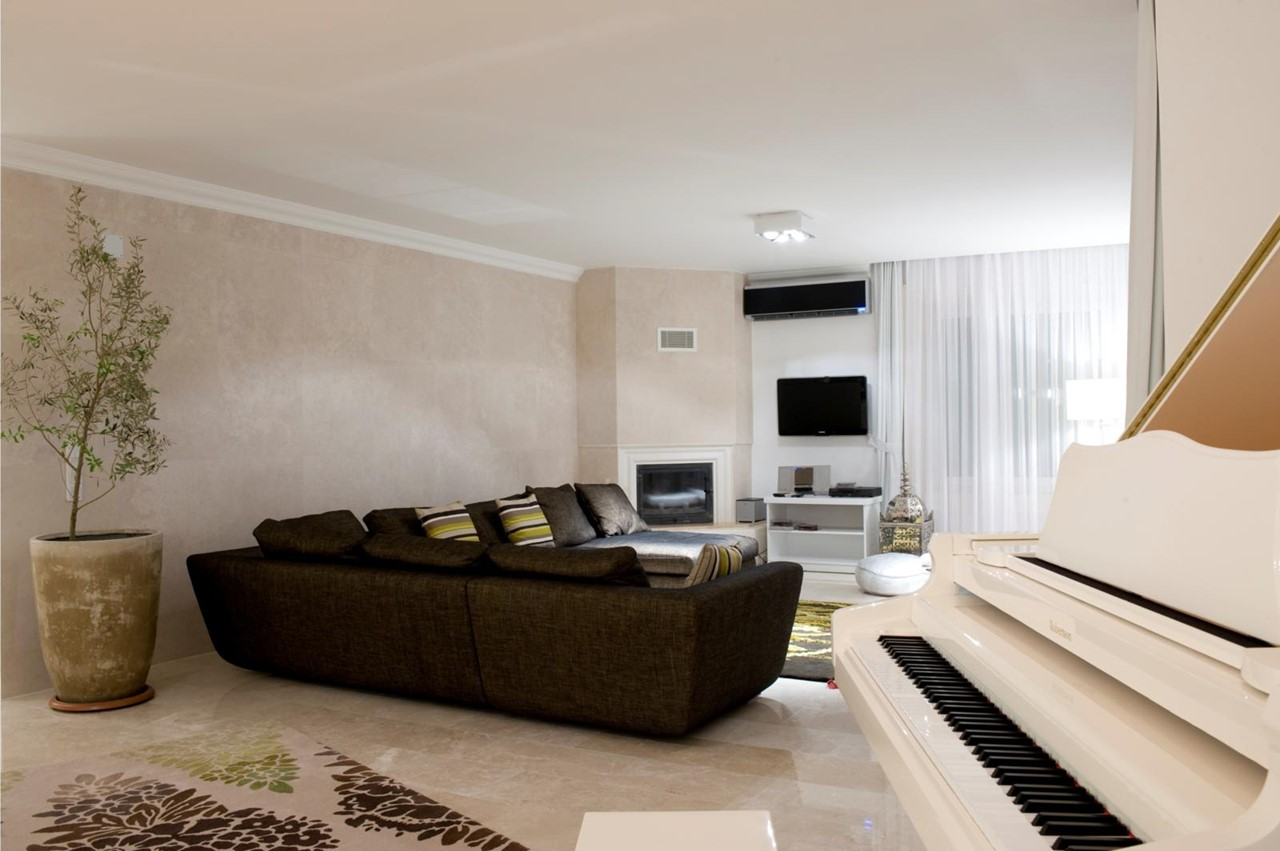 Lounge area with flat screen TV