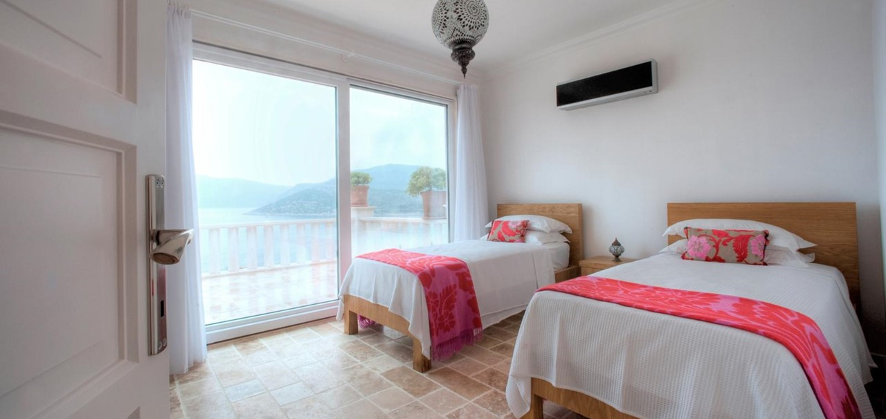Bright and spacious twin room with sea view balcony