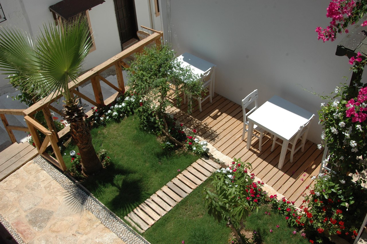Small garden areas to enjoy breakfast or drinks