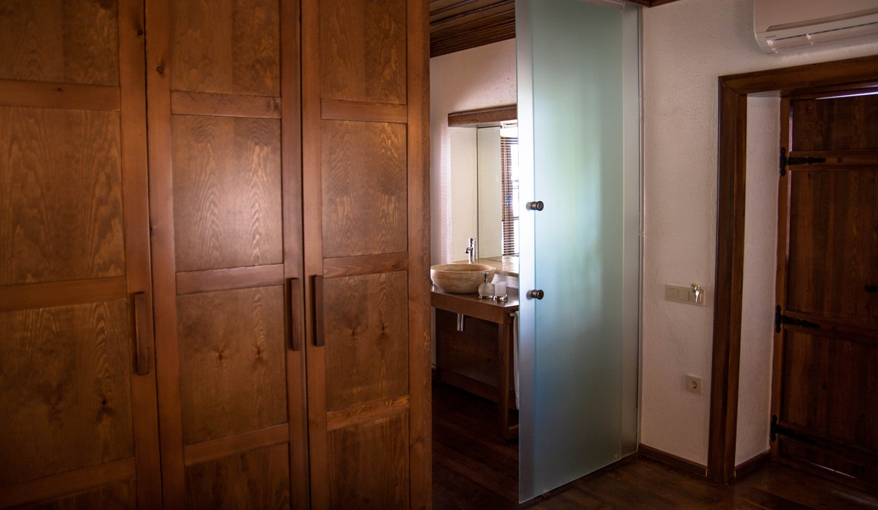 Glass sliding door to the en-suite bathroom