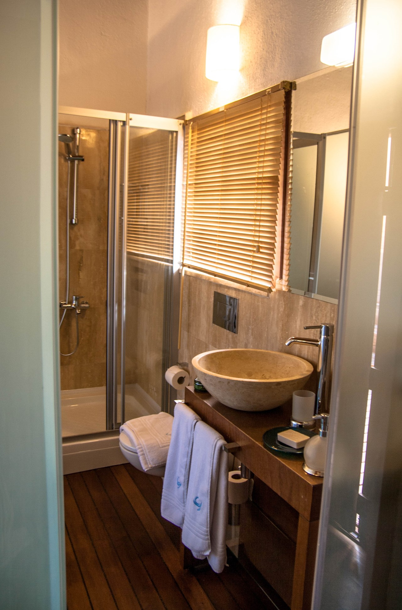Contemporary en-suite bathrooms