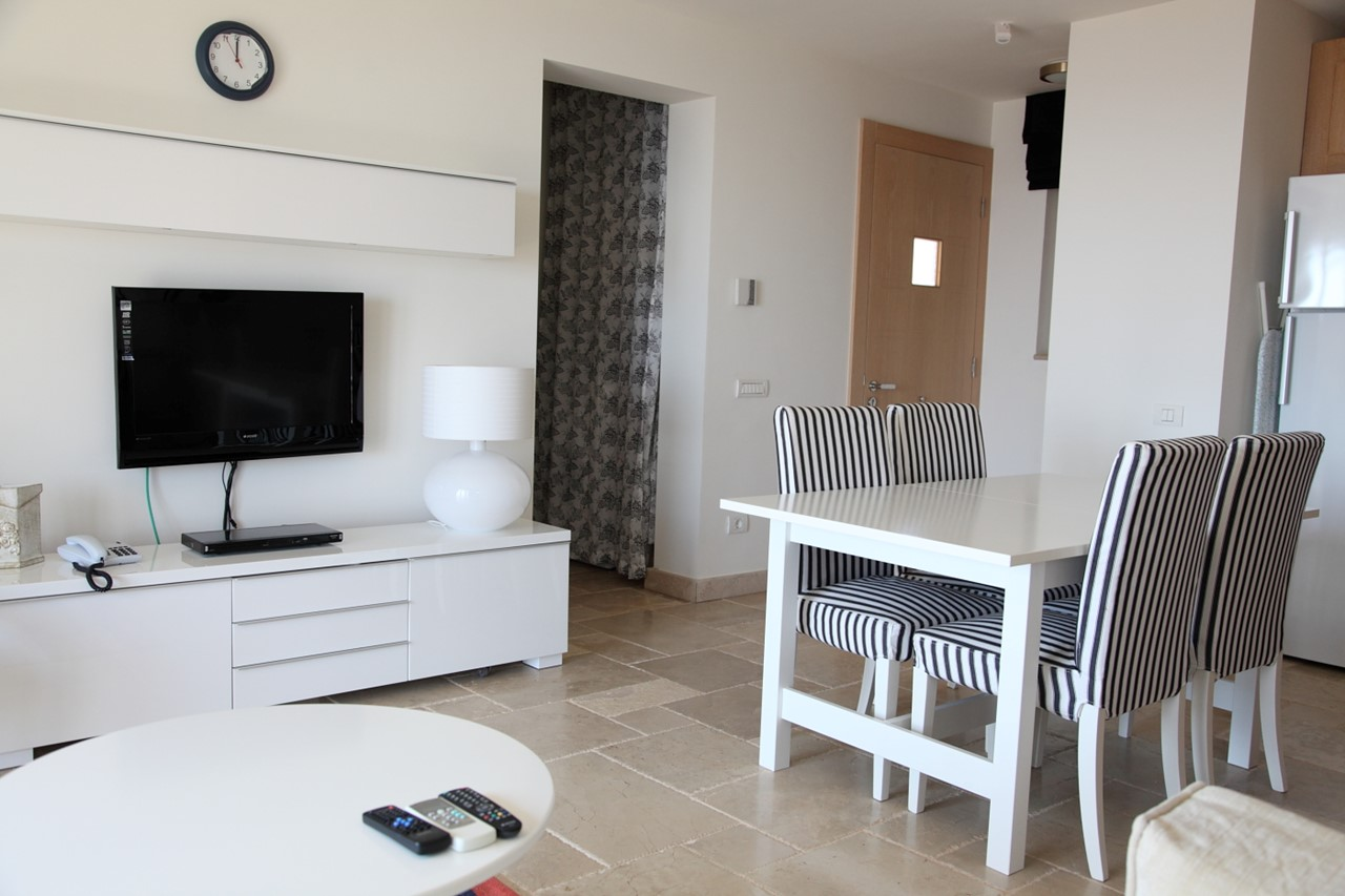 Open plan lounge, dining area and kitchen