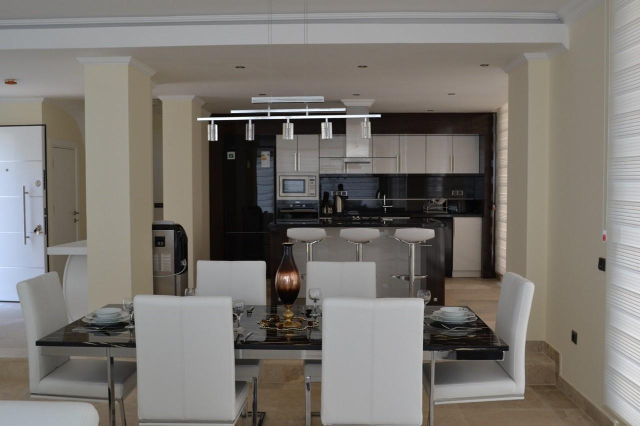 Modern kitchen/dining area