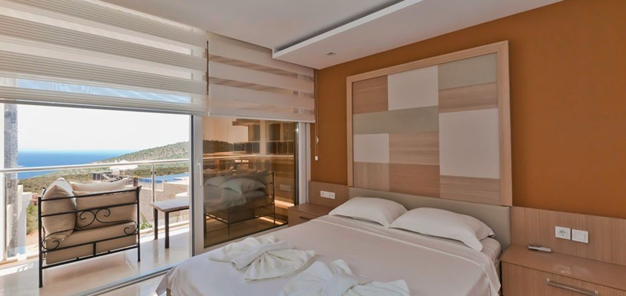 Double bedroom with sea view balcony