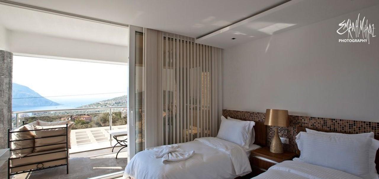 Twin bedroom with balcony